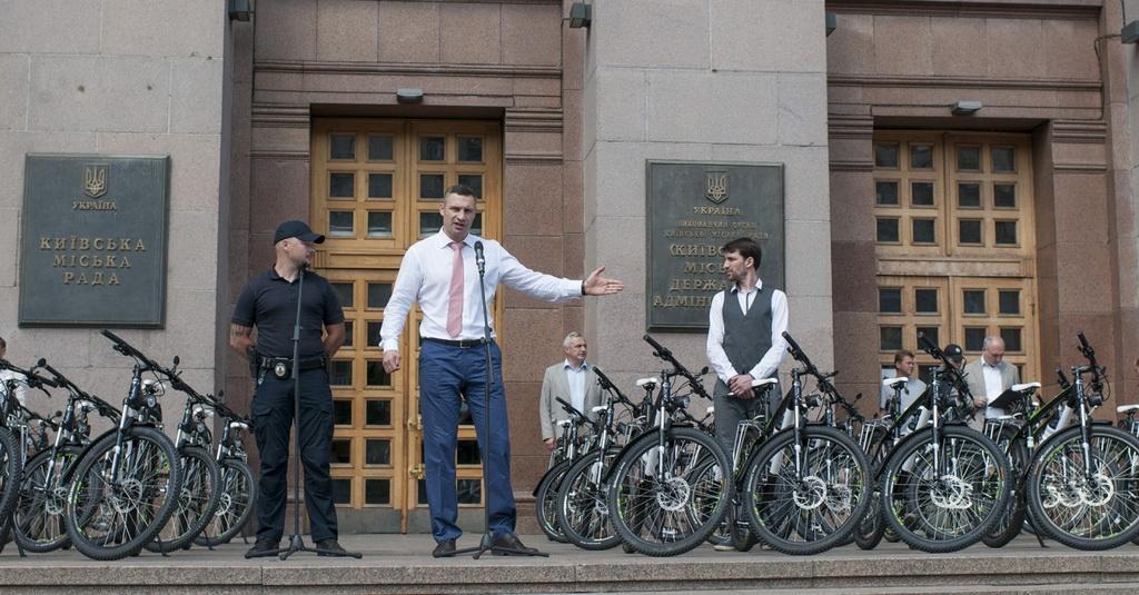 Віталій Кличко передав патрульним 100 велосипедів