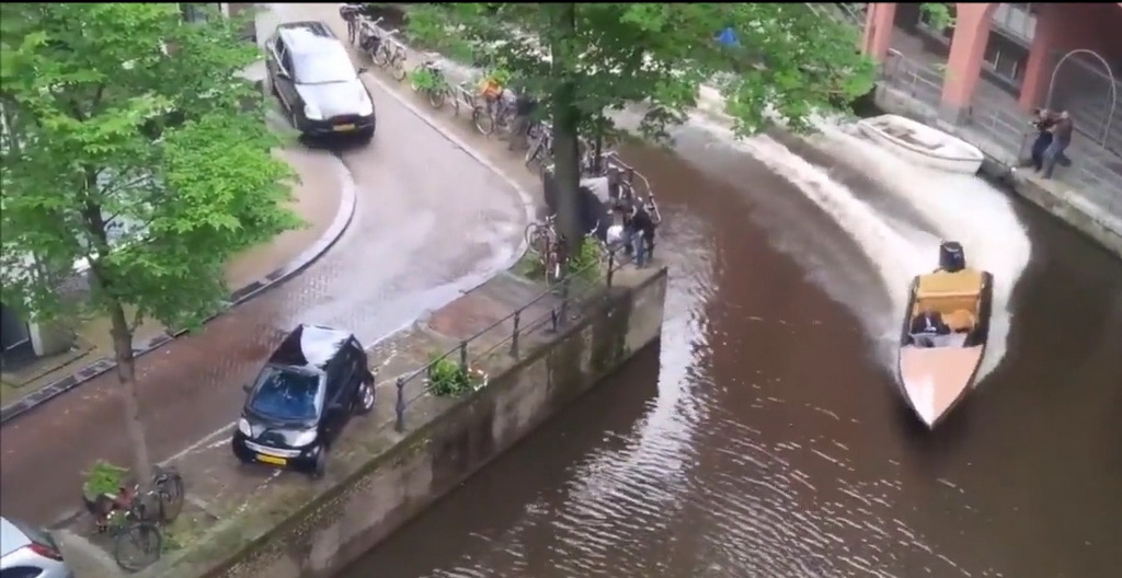 Как Porsche Cayenne утопил Smart в канале Амстердама (+ВИДЕО)