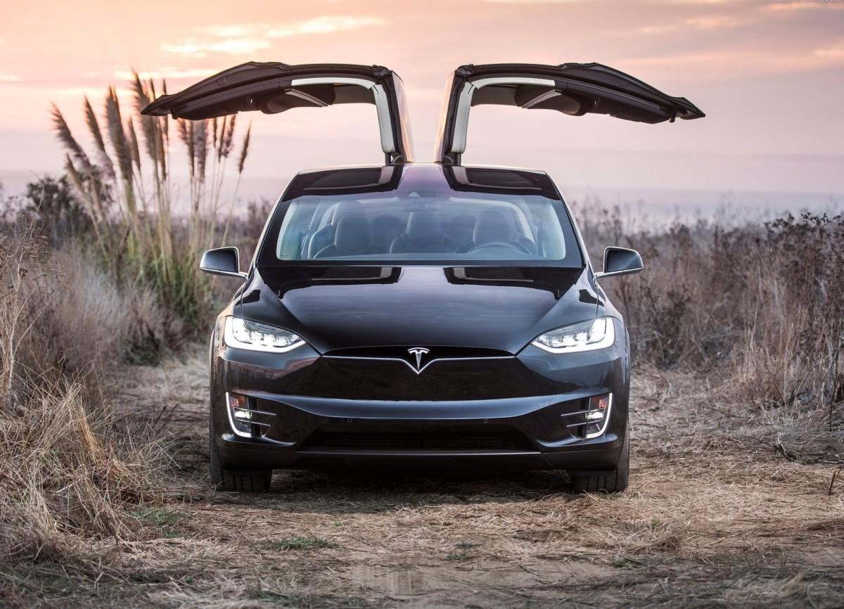 Электромобиль Tesla Model X превратили в новогоднюю елку и марсоход