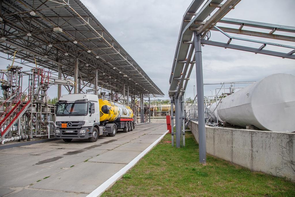 Как не испортить топливо на пути к АЗС Автоцентр ua При отгрузке топлива из резервуаров в бензовозы контрольные пробы отбираются еще раз только после этого бензовозы пломбируются а точное количество топлива