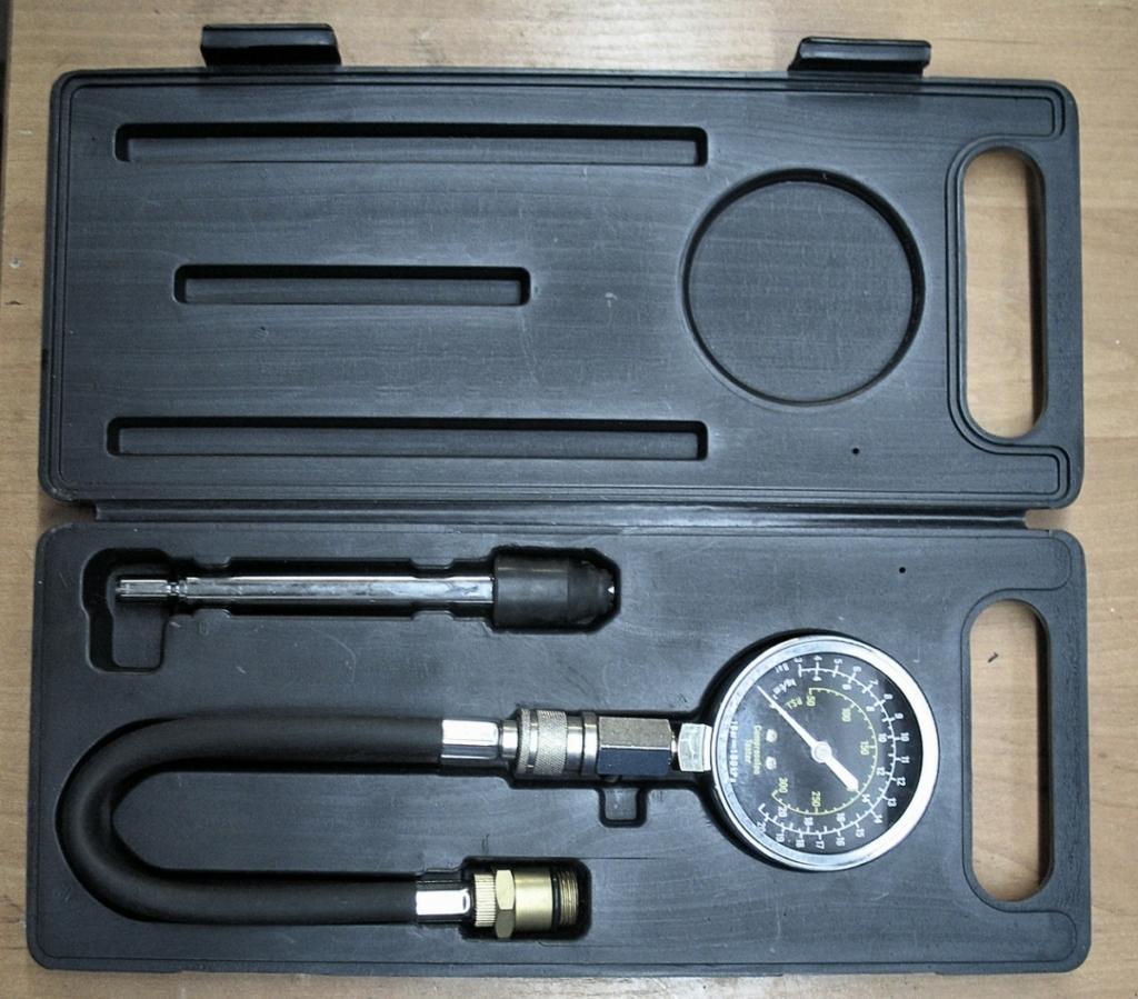 Компрессометр для контроля уровня компрессии в цилиндрах, что позволяет оценить износ деталей цилиндро-поршневой группы и герметичность клапанов.
