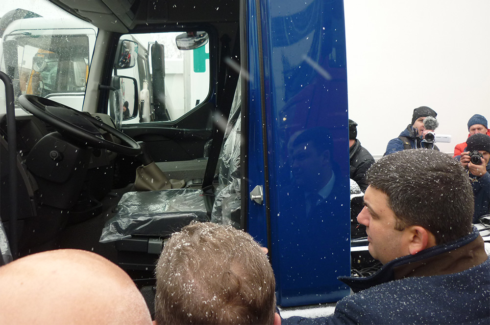 Премьер-министр осмотрел новейше малотоннажное шасси КрАЗ