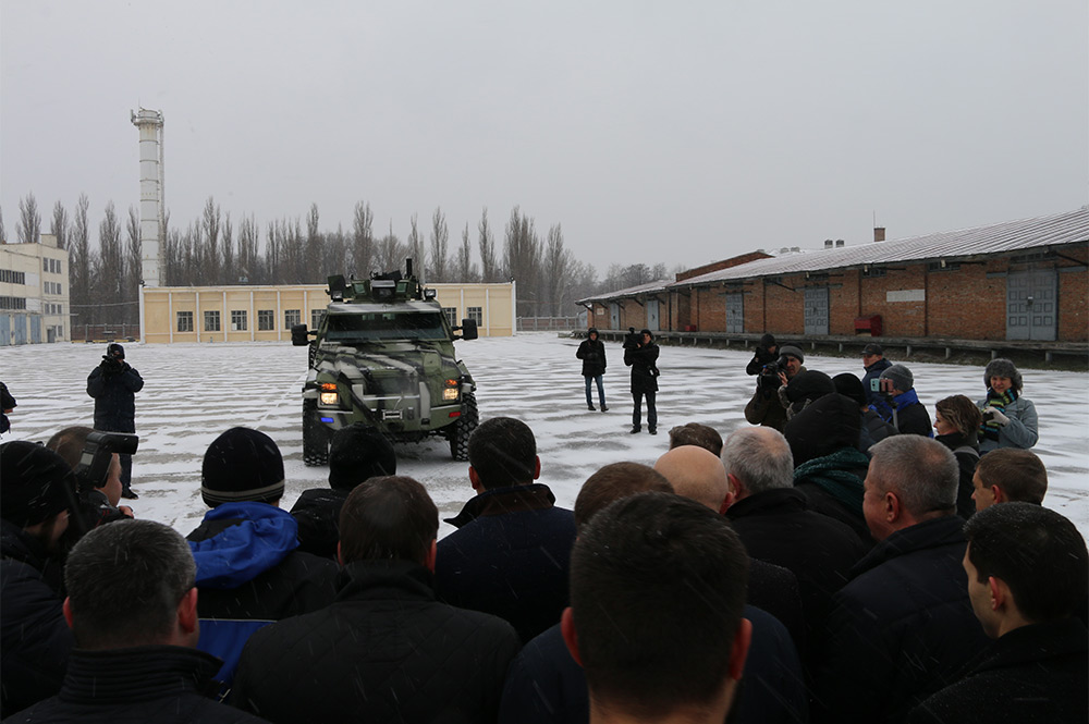 Премьер-министр испытал бесрилотный бронеавтомбиль КрАЗ-Спартан