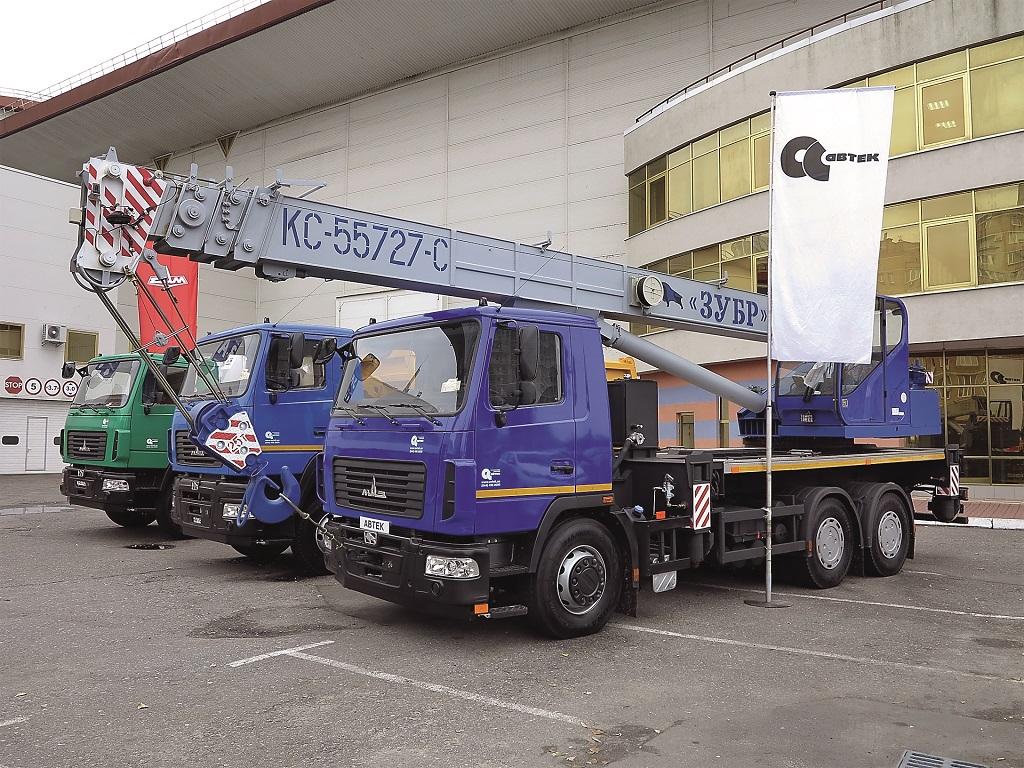 «АВТЕК» представил широкую экспозицию автомобилей МАЗ: автокран «Зубр» на 25 т, самосвал на 20 т и мусоровоз HIDRO-MAK с бункером на 15 м куб.