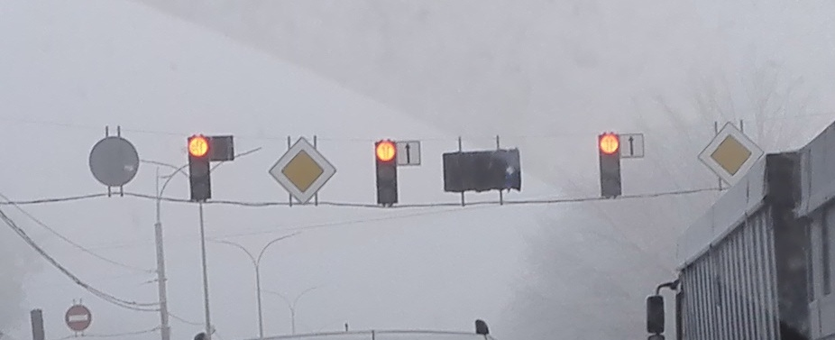 После появления светофор на одесской трассе водители начали поворачивать с крайней левой полосы, что также замедляет поток