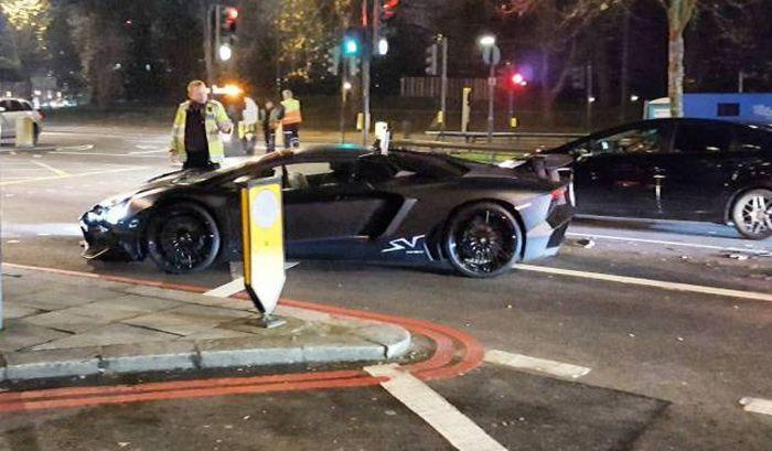 Студент разбил суперкар Lamborghini и бросил его