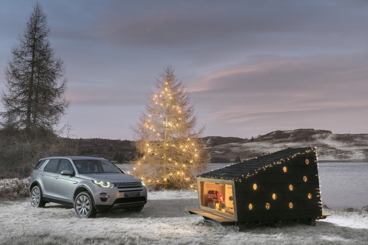 land-rover-discovery-sport-christmas-cabin-01