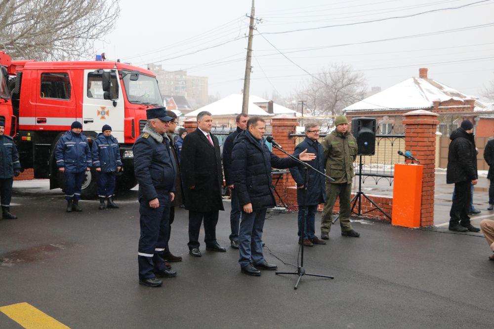 На церемонии передачи пожарных автомобилей в Донецке
