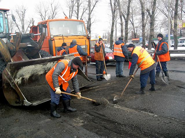 Премьер потребовал от Укравтодора пожертвовать сном ради ремонта дорог