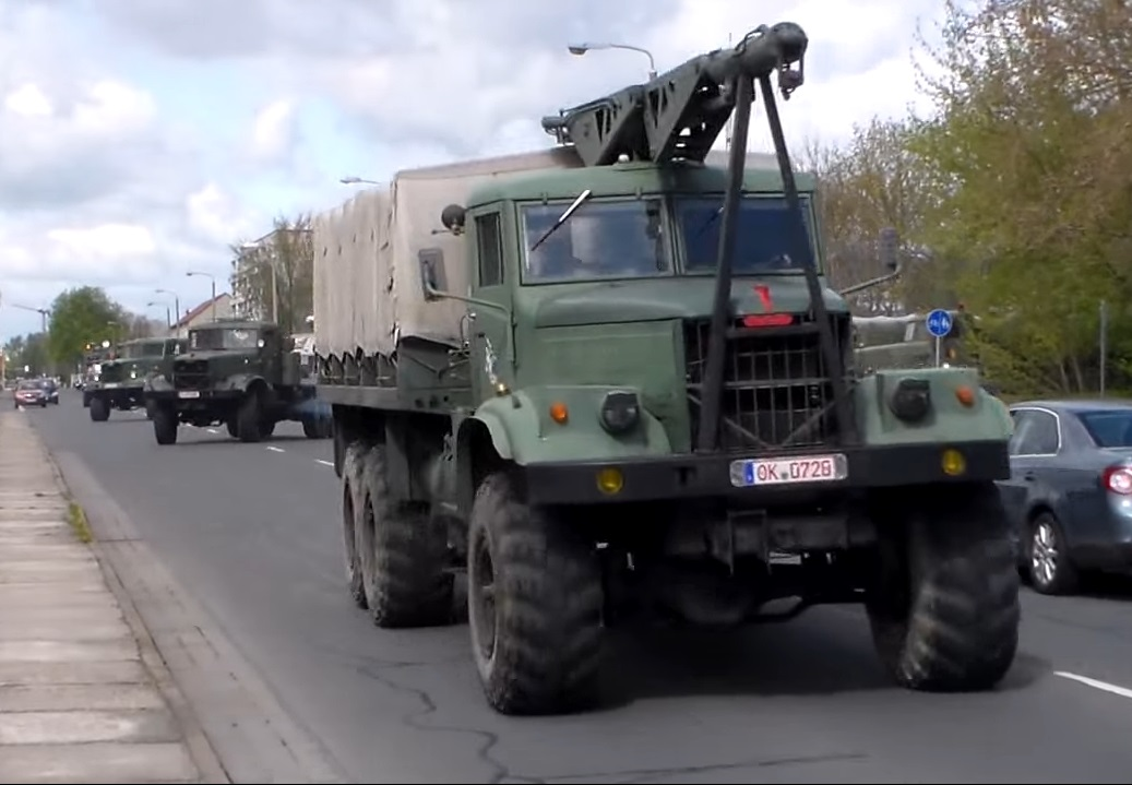 Армейский КрАЗ-255 с краном-манипулятором
