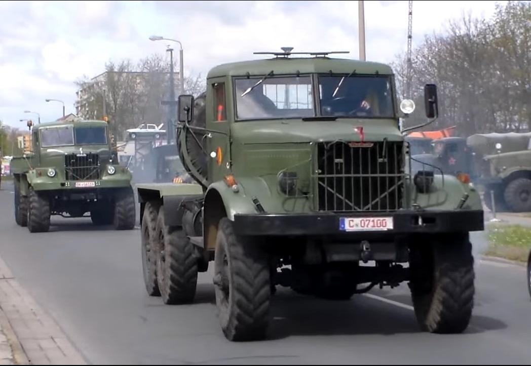 КрАЗ-214 (6х6) с родным кенгурятником, двухтактным дизелем и более узкими, чем у модели 255 колесами. Фары находятся отдельно на крыльях