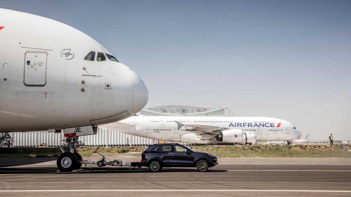 Кроссовер Porsche Cayenne взял на буксир гигантский авиалайнер