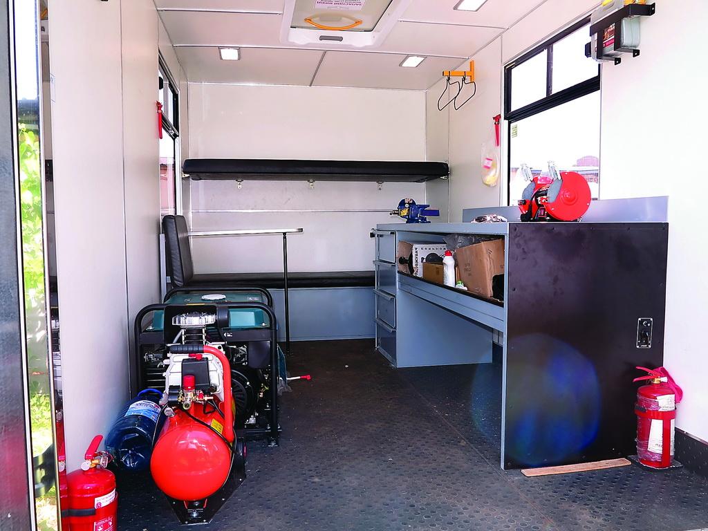 ISUZU NLR 85 c фургоном производства ПАО «Черкасский автобус» отлично подходит для работы в качестве передвижной автомастерской. Здесь и ремонтная зона с бензогенератором и компрессором, и жилой отсек с двумя спальными полками, столиком и автономным отопителем.