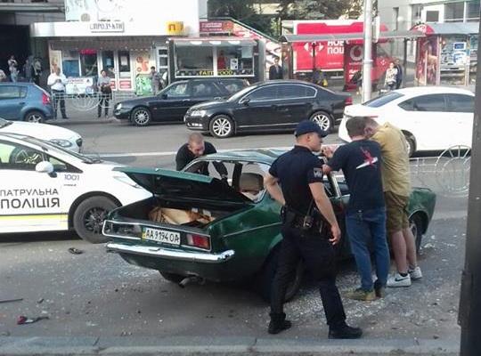 В Киеве на глазах у полиции разбили неправильно припаркованный авто
