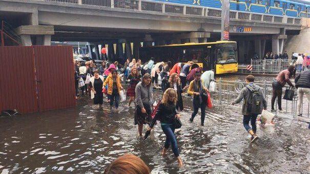 Киевляне осваивают плавание по улицам после ливня (фото и видео)