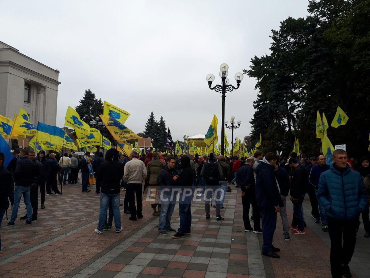 Сторонники авто на еврономерах заблокировали центр Киева