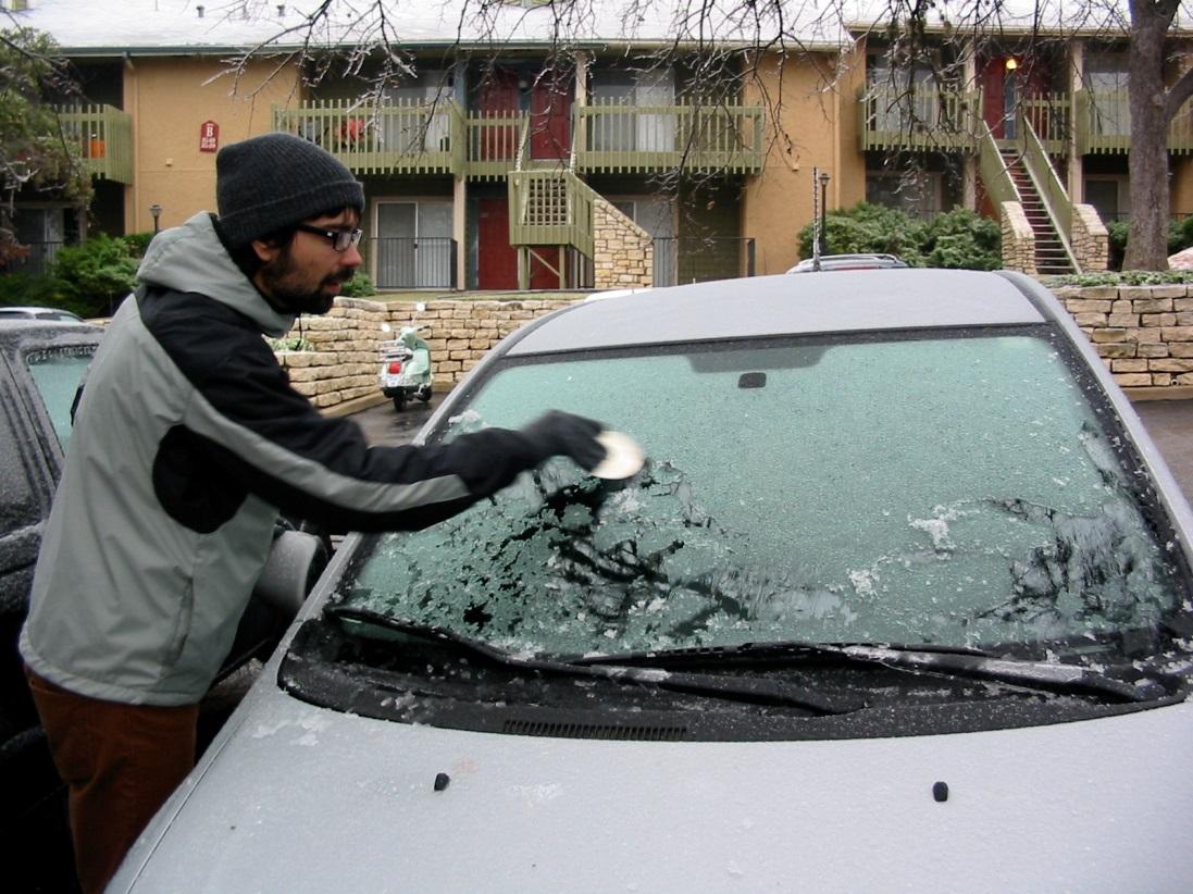 Как разморозить стекло автомобиля