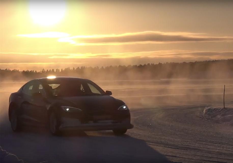 Уникальный электромобиль Tesla продемонстрировал яркий дрифт на снегу
