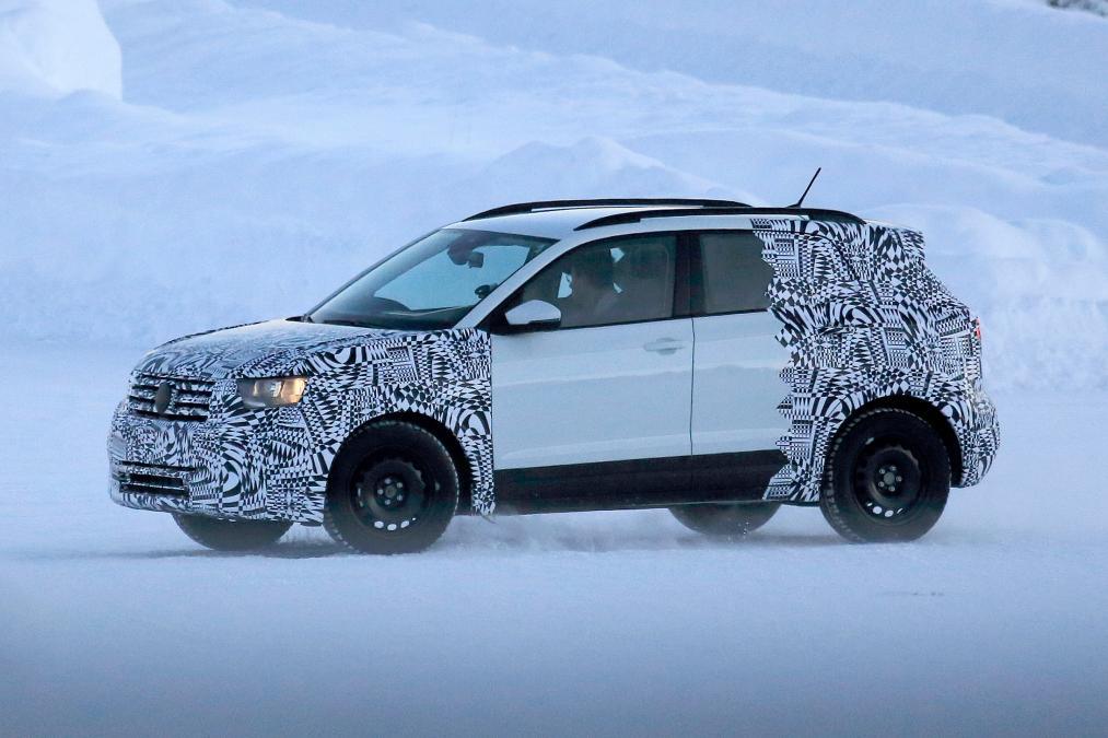 Самый маленький кроссовер Volkswagen заметили на тестах