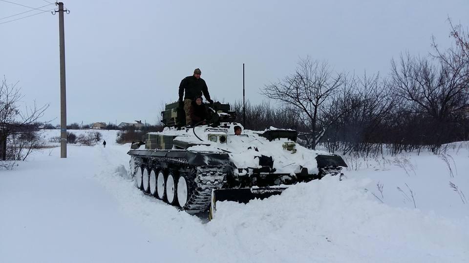 Новость одной картинкой: в Украине снег расчищают на бронетехнике