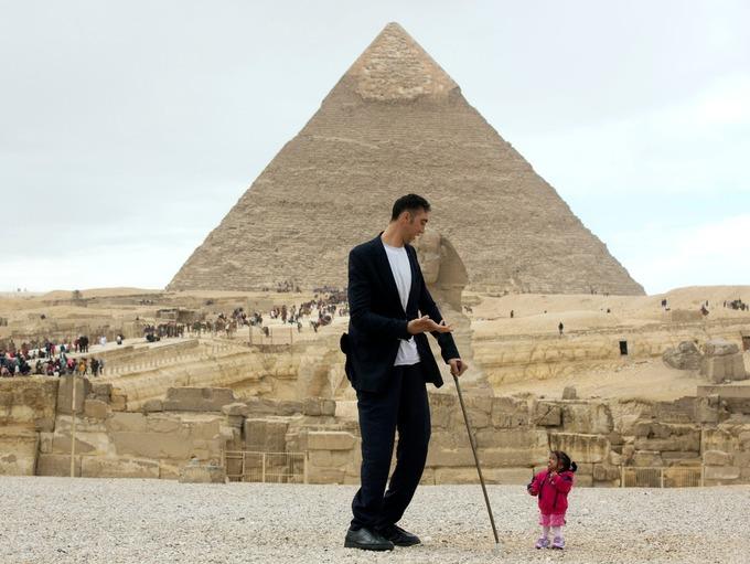 На днях мировые СМИ облетела сенсационная новости – в Каире, возле древних египетских пирамид встретились два человека из Книги Рекордов Гиннеса – самый высокий мужчина и самая маленькая женщина. Только представьте – 35-летний курд Султан Кесен имеет рост 251 см, а 24-летняя Джоти Амге из Индии – всего 63 см.