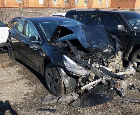 Электрокар Tesla Model 3 спас жизни в страшном ДТП