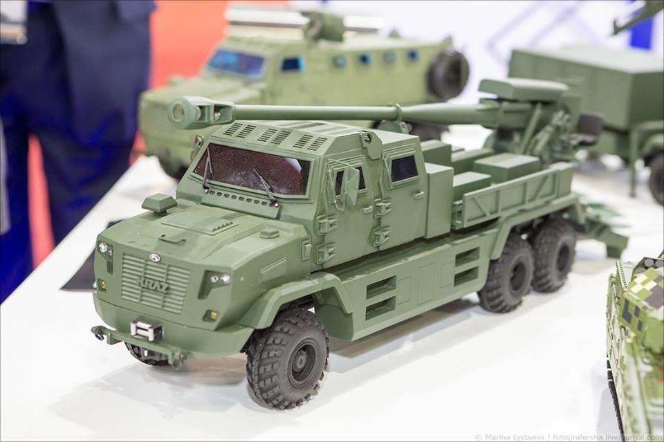 На EDEX-2018 показали макет 155-мм гаубицы Богдана с видоизмененной кабиной