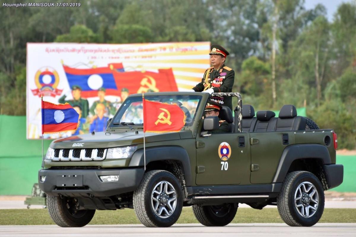 На внедорожнике BAIC в столице Лаоса 17 января принимали военный парад