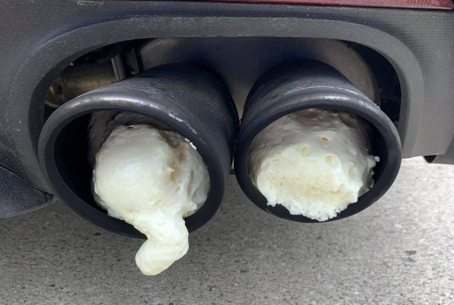 Громкость на нуль: разъяренный мужчина замуровал монтажной пеной выхлоп спорткара соседа
