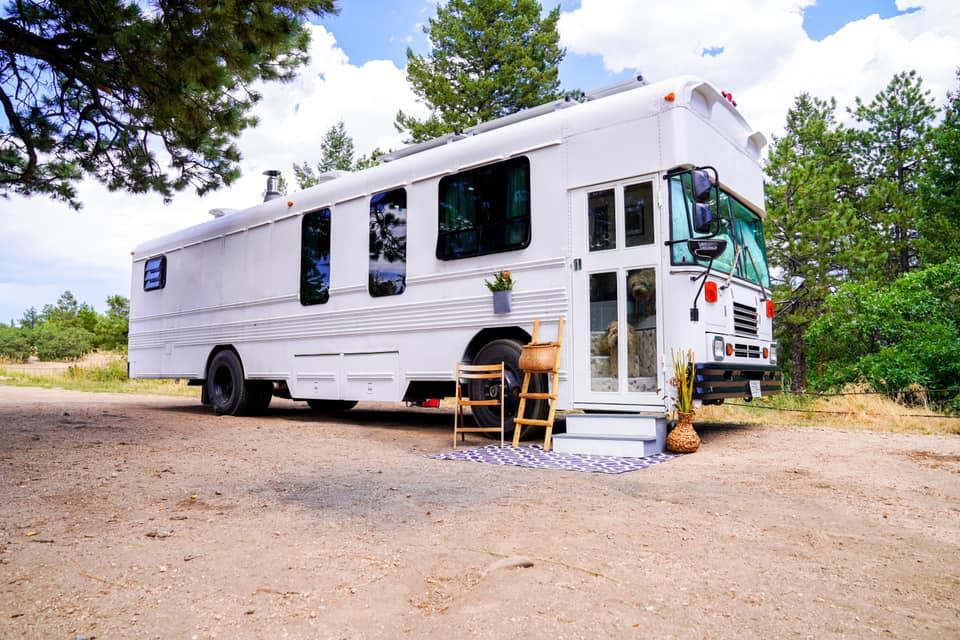 Школьный автобус превратили в дом на колесах