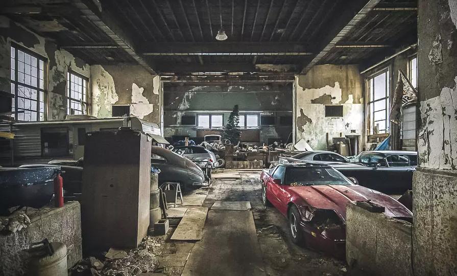 Уникальную коллекцию автомобилей обнаружили в заброшенной школе
