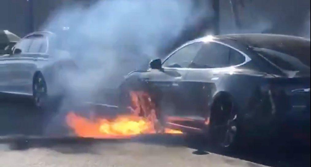 Tesla горит