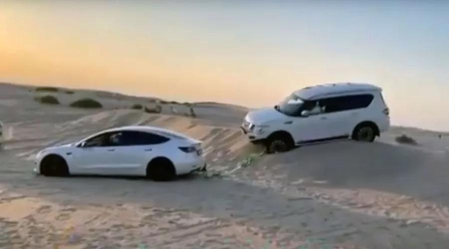 Tesla Model 3 вытащила Nissan Patrol из песка – эффектное видео
