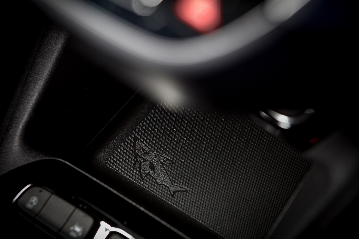 «Пасхалки» в виде акул-логотипов – оригинальный культ интерьеров автомобилей Opel