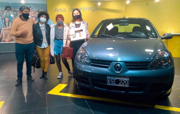 Простоявший 10 лет в автосалоне Renault Clio наконец обрел владельца