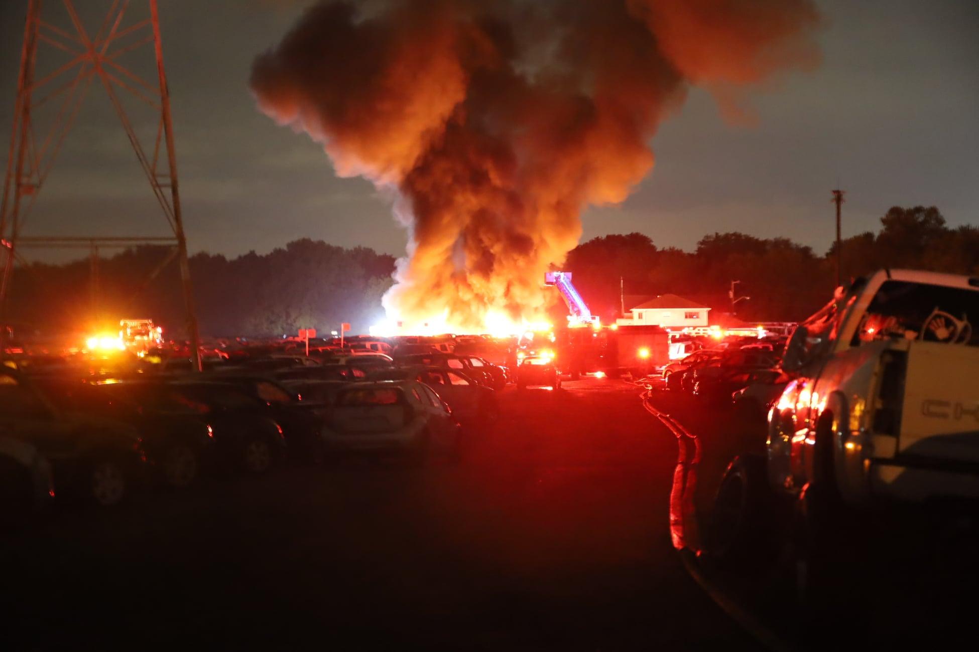 40 автомобилей выставленных на продажу выгорели дотла (видео) 1